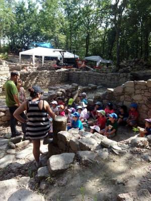 Adolfo explicando a los niños la importancia de este enclave arqueológico